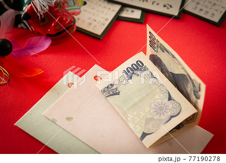 お正月のお年玉 正しい折り方 ポチ袋 お正月 新春 お年玉の用意 お年玉を渡す 77190278