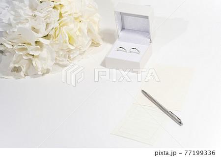 指輪と花束とメッセージカード 77199336