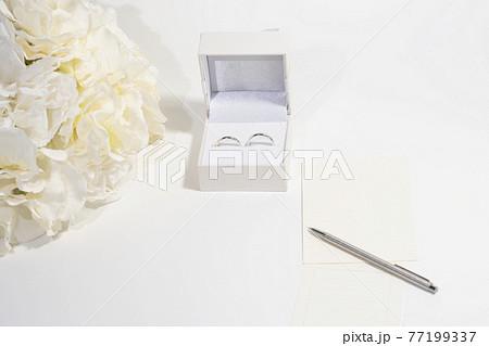 指輪と花束とメッセージカード 77199337