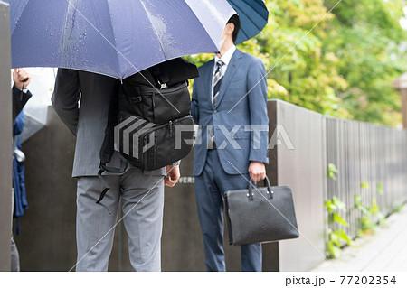 ビジネスマン 雨 傘 梅雨 77202354