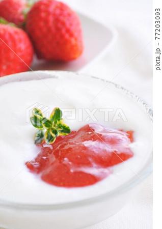 いちごのフルーツジャムとヨーグルト 美容に良い朝食イメージ 77203093