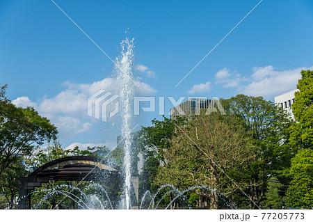【日比谷公園の噴水と高層ビル】 77205773