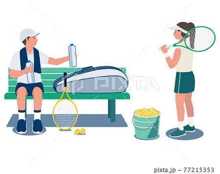 テニスコートのベンチで水を飲み休憩する男性とテニスラケットを持つ女性のベクターイラスト 77215353