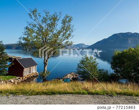 北欧ノルウェー フィヨルドのほとりの田舎風景 77215863