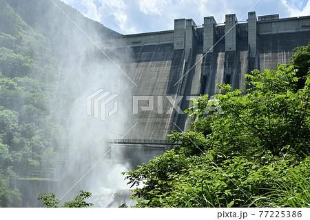 奥秩父滝沢ダムに放流の水煙 77225386