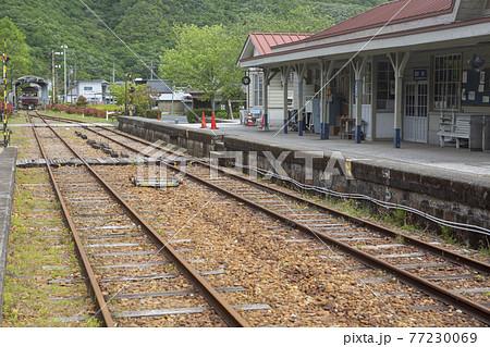 柵原ふれあい鉱山公園の保存された駅と線路を撮影 77230069