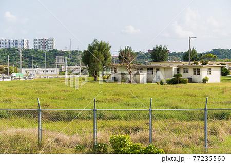 北中城村からみえる米軍基地内の住宅  77235560