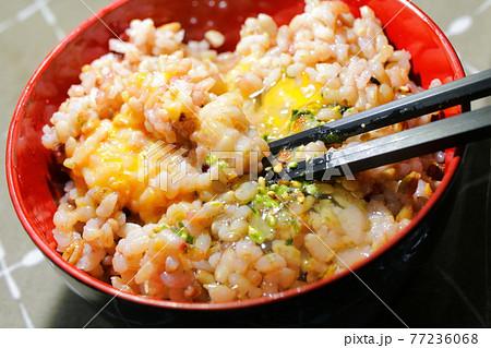 新鮮な卵を使った卵かけご飯と五穀米 77236068