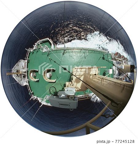 マスト上から真下に見た大洋航海中の船舶、円周魚眼レンズによる俯瞰撮影 77245128