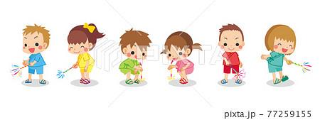 手持ち花火を楽しむ可愛い小さな子供たちのイラスト 甚平 夏 セット 白背景 グループ 花火 77259155