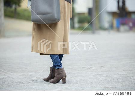 コートの女性   77269491