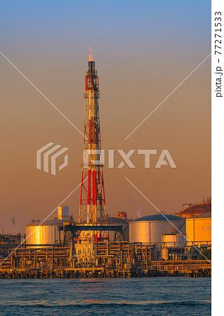 【京浜工業地域 川崎市浮島の石油精製プラントの工場夜景】 77271533