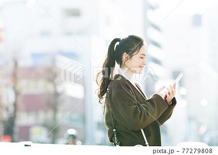 スマホで検索する若い女性 77279808