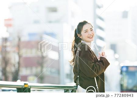 スマホで検索する若い女性 カメラ目線 77280943