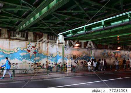 (都市風景)ガード下に描かれた壁画:JR新大久保駅 77281503
