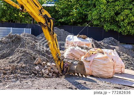 ショベルカーによるビルを取り壊した後の残土処理 77282636
