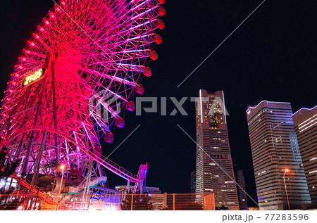 みなとみらいでライトアップされる夜の観覧車とランドマークタワー 77283596