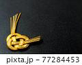 金色の水引 黒背景の和風素材 77284453