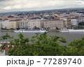 ハンガリー ブダペストの旧市街とドナウ川クルーズ船 77289740