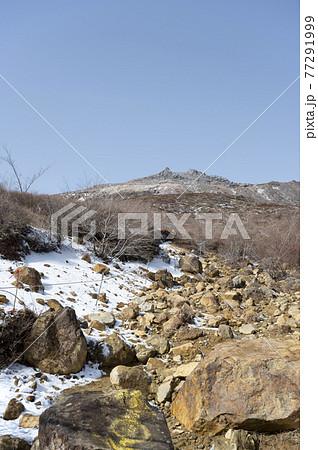 栃木県残雪の残る那須登山道から見える茶臼岳の風景 77291999