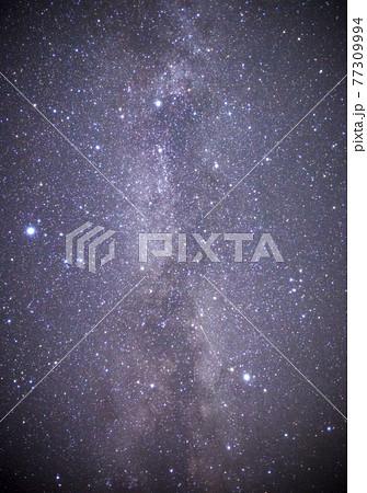【星空イメージ】天の川と満天の星空 77309994