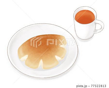 マグカップに入った紅茶とお皿に乗ったクリームパン 77322813