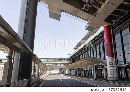 新型コロナウイルスの影響で人がほとんどいない成田空港ターミナル入口 77322915