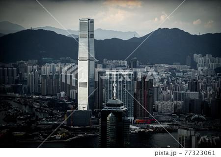 ヴィクトリア・ピークから見える香港の高層ビル群 77323061