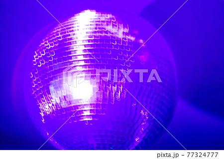 ディスコのミラーボールのイメージ (ライブ感ブラし撮影) 77324777