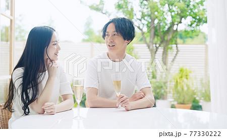 ドリンクを飲みながら会話するカップル 77330222