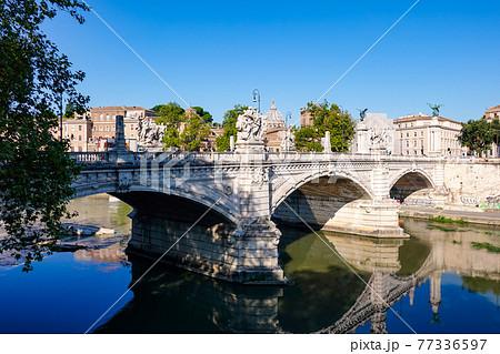 ローマ、テベレ川に架かるヴィットリオ・エマヌエーレ2世橋とサン・ピエトロ寺院のクーポラ 77336597