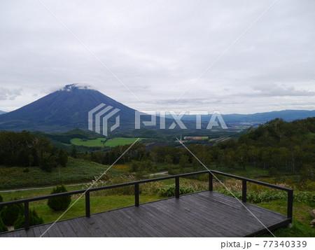 北海道ルスツリゾートスキー場の頂上から望む羊蹄山 77340339