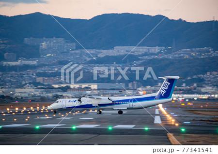 大阪空港の滑走路に進入する旅客機 77341541
