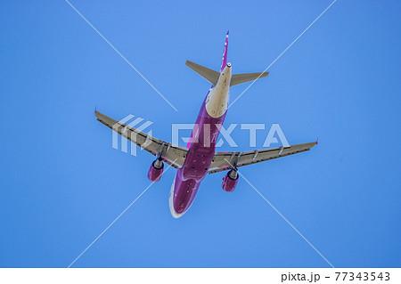 成田空港を離陸した旅客機 77343543
