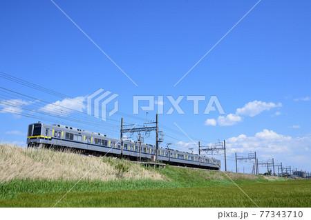 麦畑の築堤を走る東武鉄道20400型通勤電車 77343710