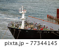 コンテナ船の舳先 77344145