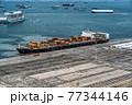 コンテナを満載したコンテナ船 77344146