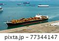 コンテナを満載したコンテナ船 77344147