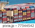 コンテナ船に積まれたコンテナ 77344542