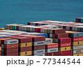コンテナ船に積まれたコンテナ 77344544