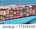 コンテナ船に積まれたコンテナ 77344548