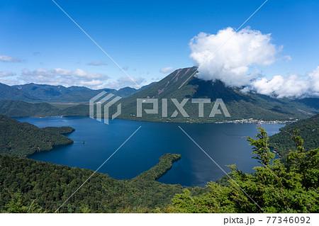 栃木県日光市 半月山より中禅寺湖と男体山 (9月) 77346092
