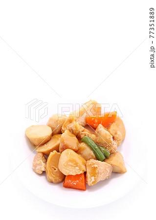 鶏肉と里芋の煮物 根菜類 料理 明るい背景 77351889