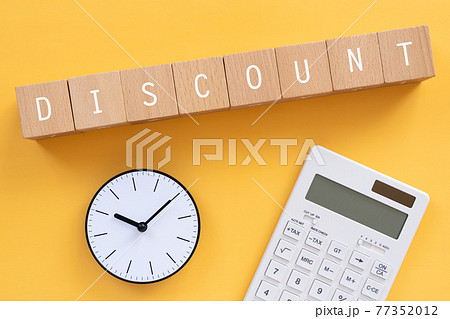 ディスカウント、割引 「DISCOUNT」と書かれた積み木と時計と電卓 77352012