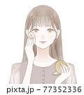 パウダリーファンデーションをパフで顔に塗る女性 77352336