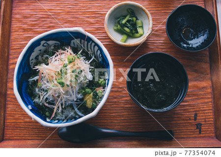 神奈川の江ノ島で朝ごはんで食べたしらす丼 77354074
