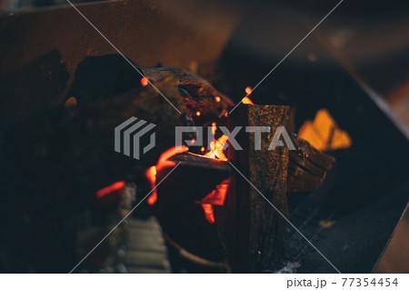キャンプにて炭火焼の火のついた炭の写真 77354454