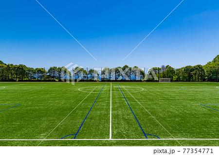 人工芝のサッカーグラウンド 77354771