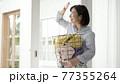 洗濯かごを持つ女性 77355264