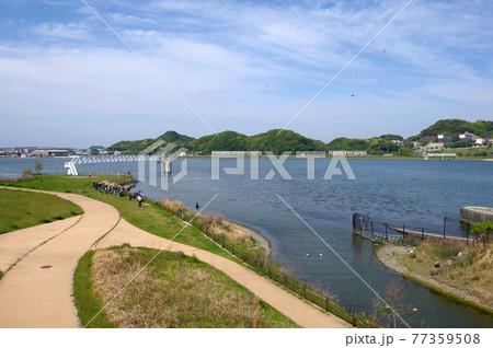 福岡県遠賀川河口にある魚道公園釣り人とカメラマン 77359508